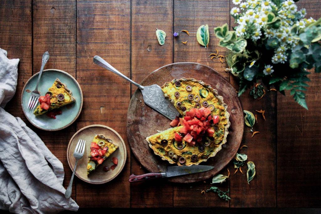 Auch Vegetarier können eine Quiche genießen – so zum Beispiel diese wunderschön angerichtete Gemüse-Variante!