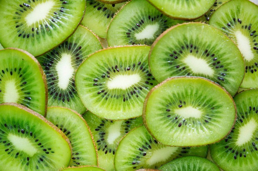 Kiwis mit ihrem süß-saurem Geschmack sind perfekt für einen Früchtekuchen geeignet