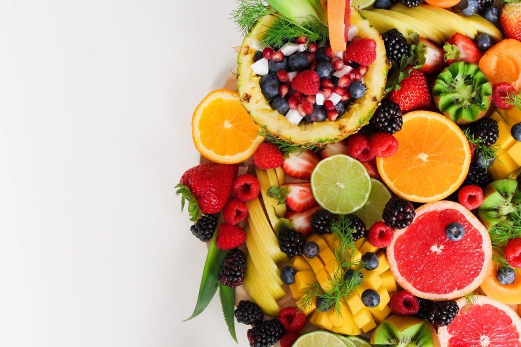 Ein Obstsalat zum Früchtekuchen ist die perfekte Beilage