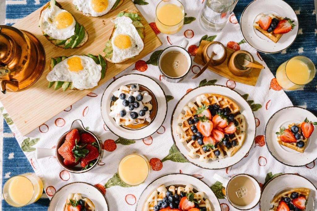 Zu einem Frühstück gehören wie beim Brunch auch warme Speisen – zum Beispiel Waffeln, Spiegelei oder Toast