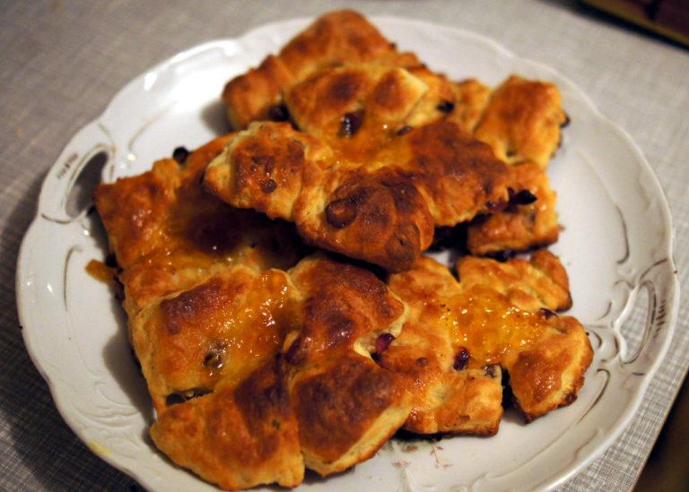 Einige Reformationsbrötchen sind auf einem Teller serviert