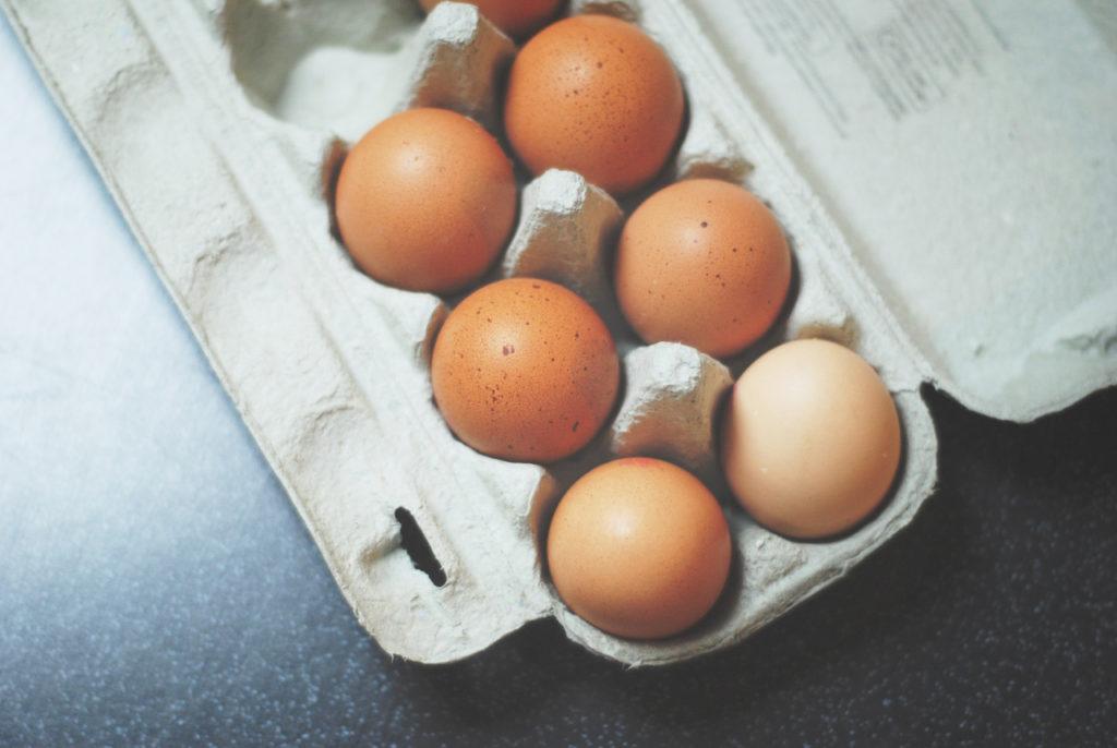 In einem Pappkarton liegen 7 Eier