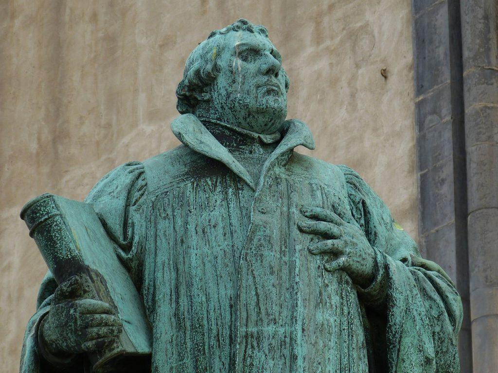 Eine Statue von Martin Luther mit einem Buch in der Hand