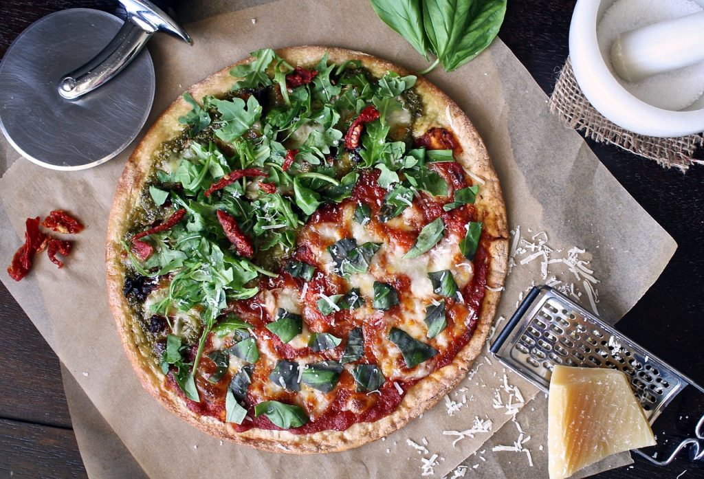Eine Pizza mit frischen Zutaten ist bereit in den Ofen geschoben zu werden