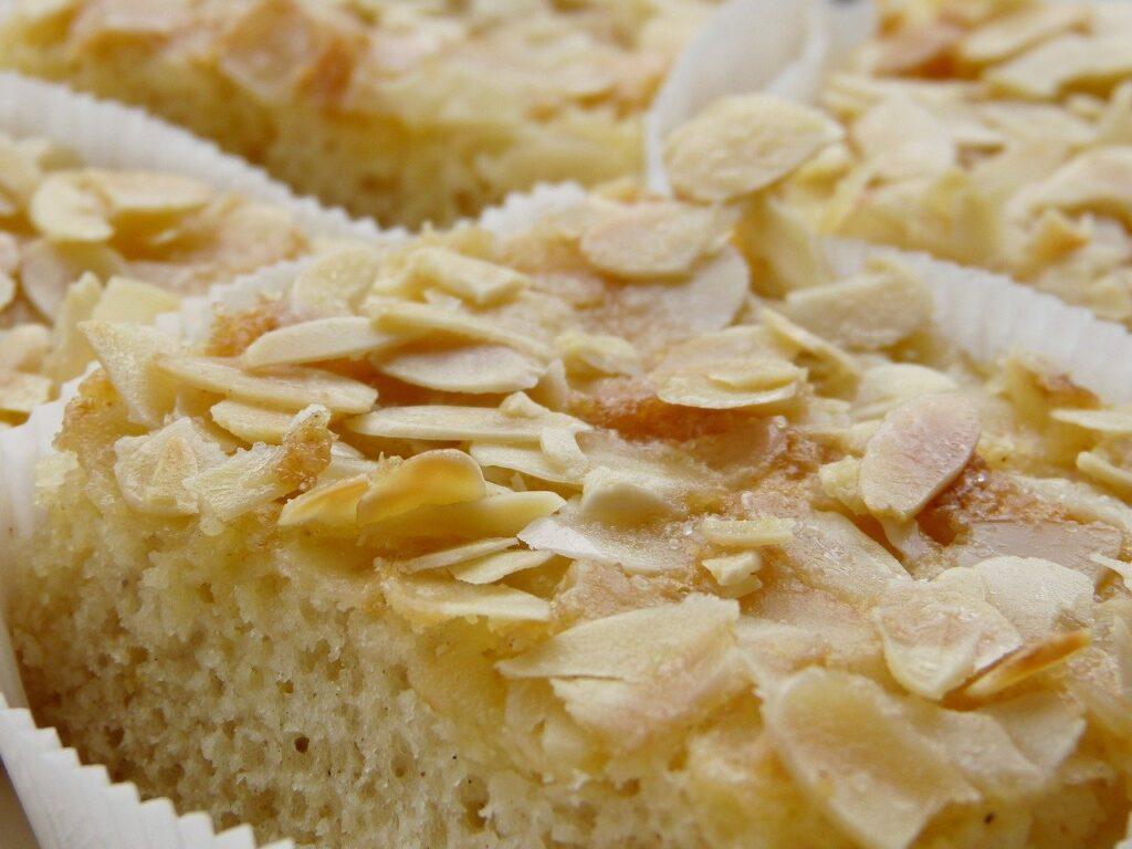 In kleinen Papierförmchen ist Mandel-Butterkuchen angerichtet