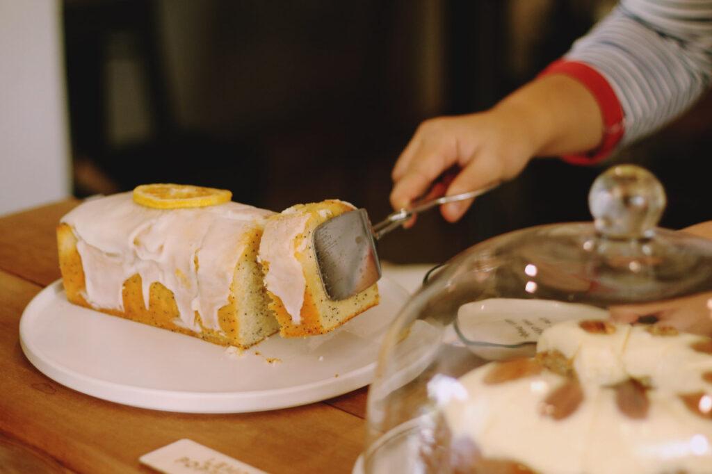 Ein Zitronenkuchen wird serviert