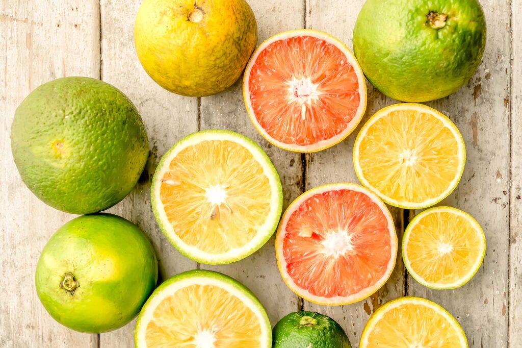Einige, teils aufgeschnittene Orangen, Zitronen und Limetten