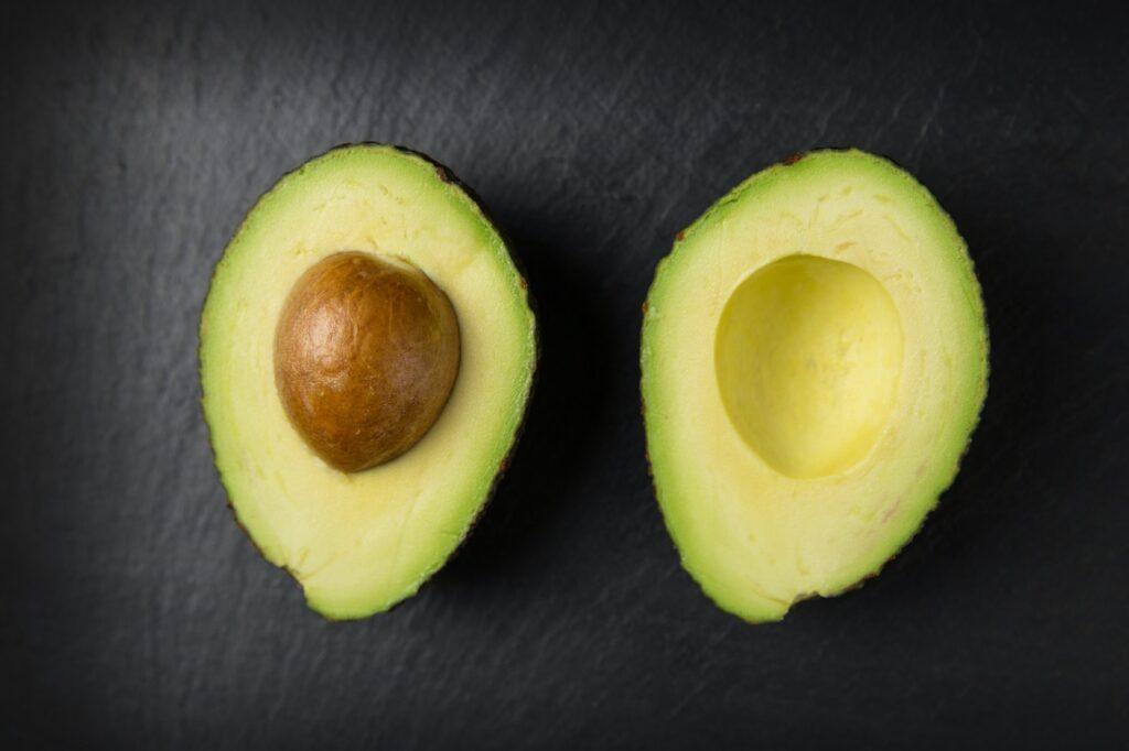 Eine aufgeschnittene Avocado
