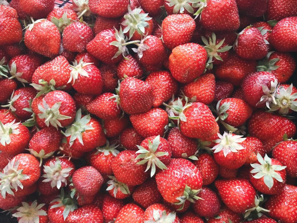 Viele Erdbeeren, die das ganze Bild ausfüllen