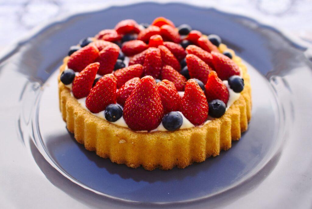 Ein Obstkuchen mit Erdeeren und Blaueeren
