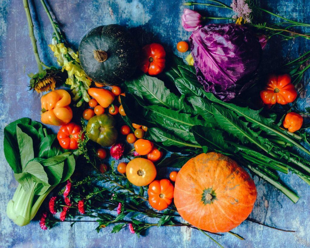 Verschiedene Gemüse sind ausgebreitet