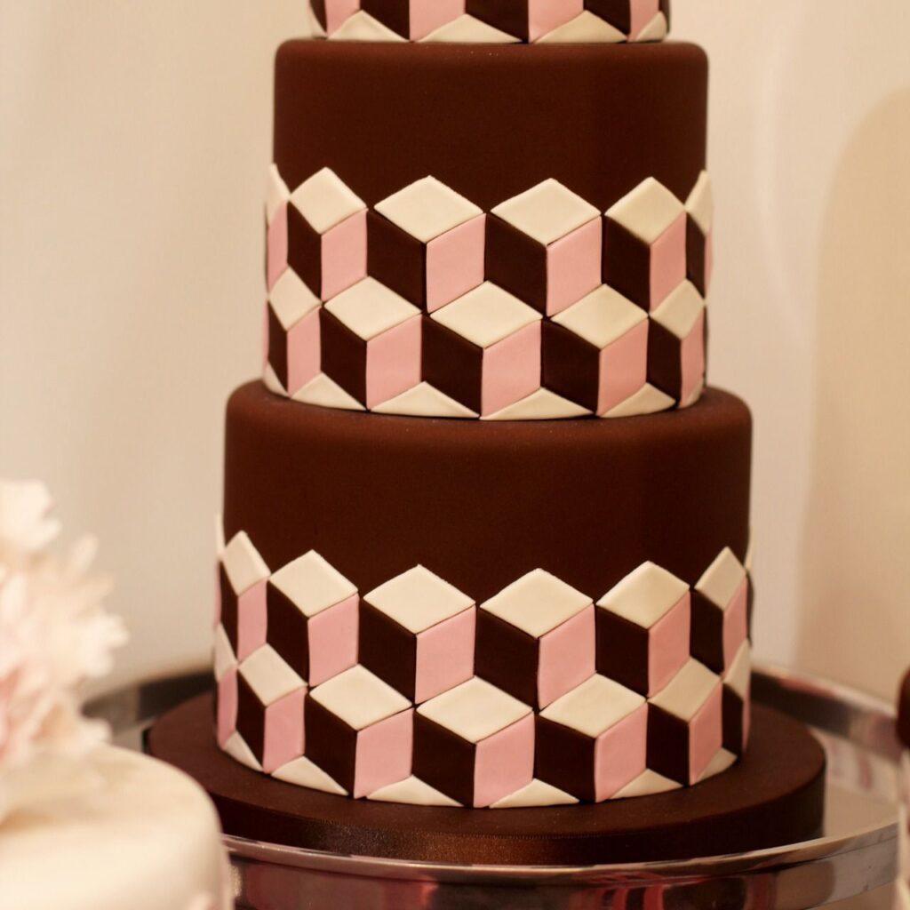 Dreistöckige Torte mit dreifarbigem Fondant-Rautenmuster