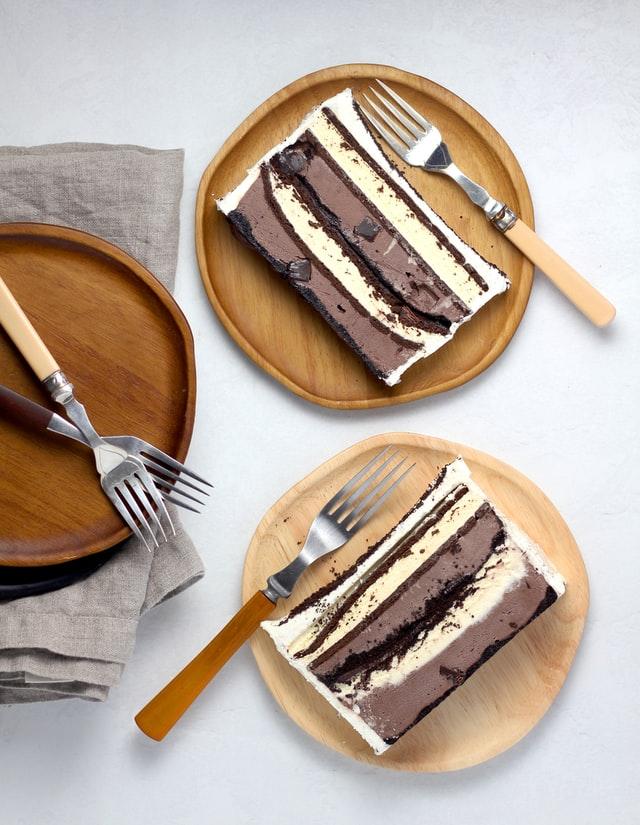 Auf zwei Tellern liegen Stücken eines Eiskuchens aus einer Brotkastenform