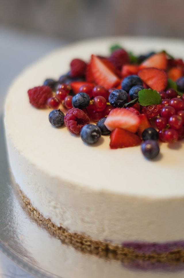 Ein weißer Eiskuchen wurde mit Beeren dekoriert