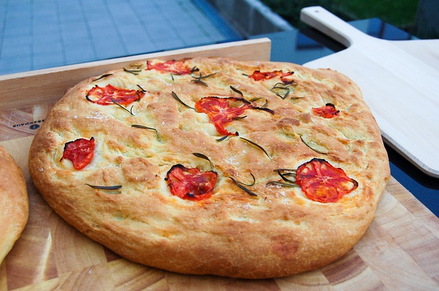 Ein Fougasse mit getrockneten Tomaten und Rosmarin
