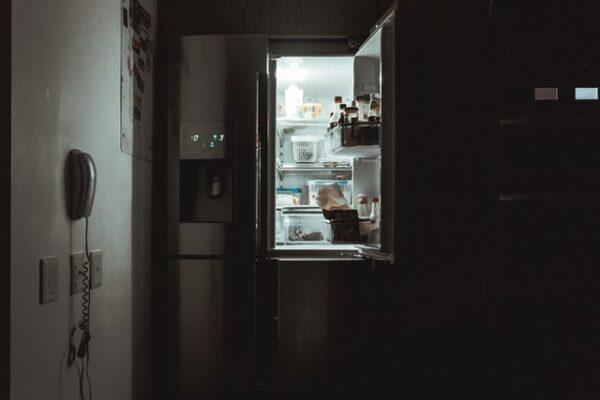 Ein geöffneter, gefüllter Kühlschrank