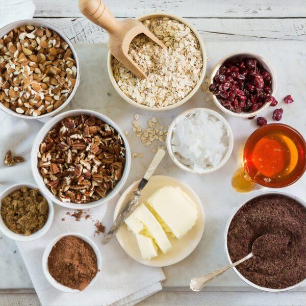 In einigen Schalen befindet sich unter anderem Kakao, Nüsse und Butter