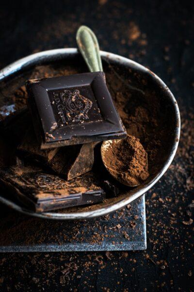 Schokoladenstücken liegen in einer Metallschüssel