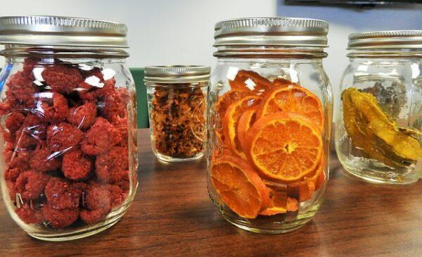 Getrocknetes Obst wurde zur Vorratshaltung in Gläser gefüllt