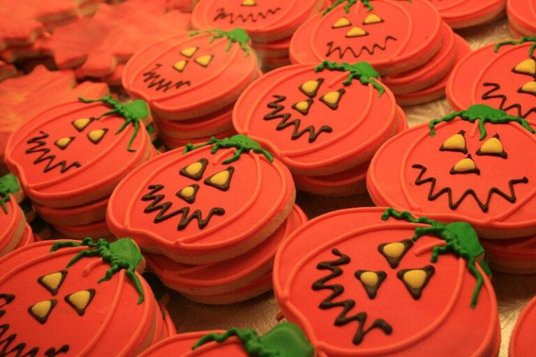 Kekse in Form von Kürbissen wurden mit Zuckerguss verziert