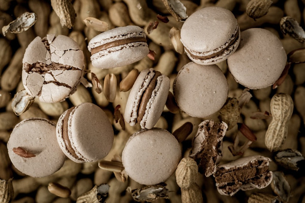 Über einigen Erdnüssen liegen Macarons