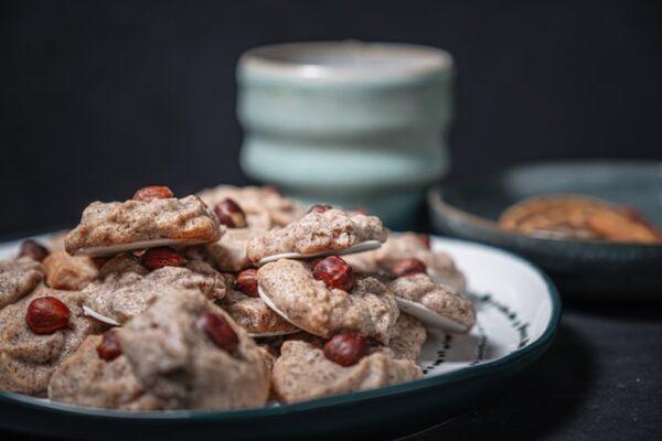 Kekse auf Oblaten wurden mit einer Haselnuss verziert