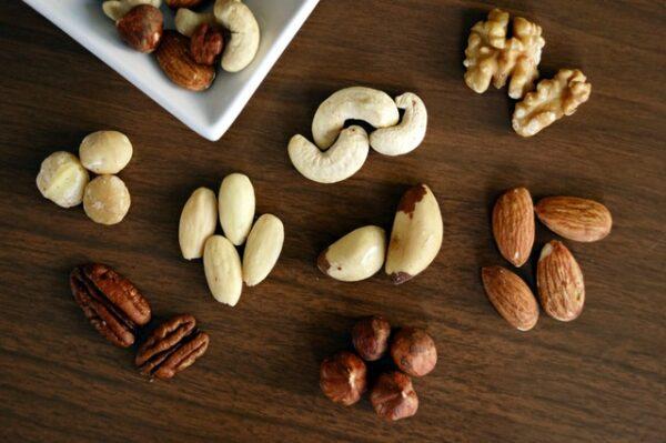 Verschiedene Nüsse wurden auf einer Holzfläche ausgebreitet