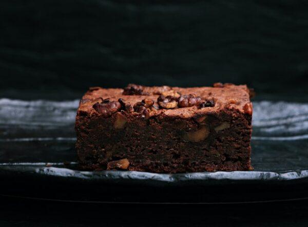 Ein Brownie wurde mit Nüssen gebacken