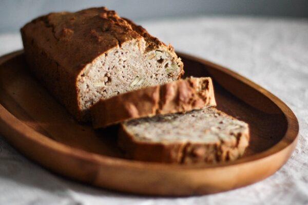 Ein Brot liegt auf einem Holztablett