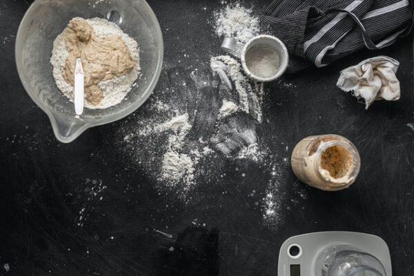 Nebeneinander stehen verschiedene Zutaten für das Brot Backen