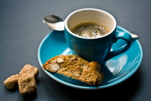 Neben einer Tasse Kaffee liegen einige Cantuccini
