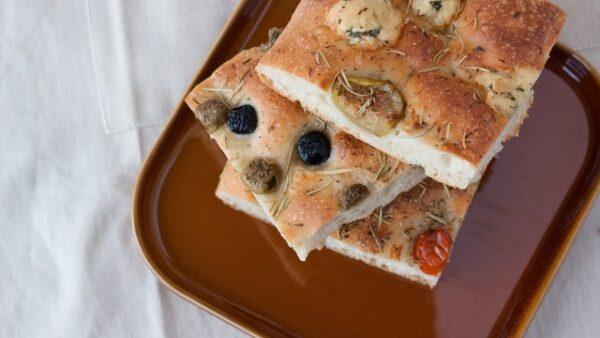 Aufeinander liegen einige Scheiben Brot