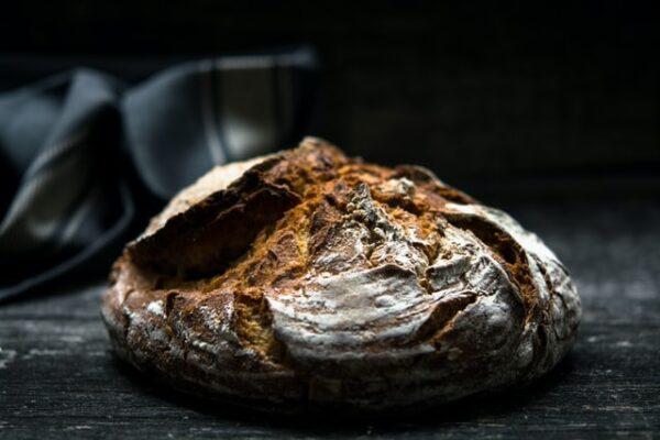 Ein knuspriges Brot liegt vor einem dunklen Hintergrund