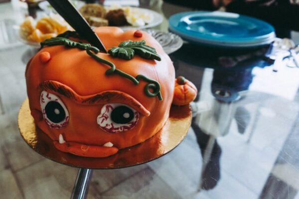 Ein Kuchen in Kürbisform wurde detailreich dekoriert
