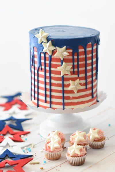 Ein Ein Drop-Cake wurde mit einigen Deko-Sternen verziert. Daneben stehen kleine Cupcakes und Filzsterne