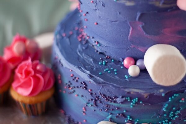 Ein Kuchen wurde mit einer violetten Buttercreme dekoriert
