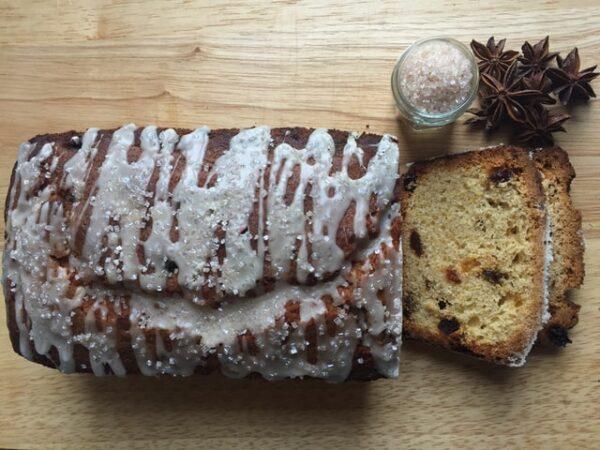 Ein Osterbrot wurde in einer Kastenform gebacken und mit Zuckerguss dekoriert