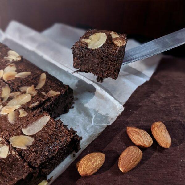 Brownies wurden mit Mandeln verziert