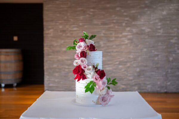 Eine Torte wurde mit Blumen dekoriert