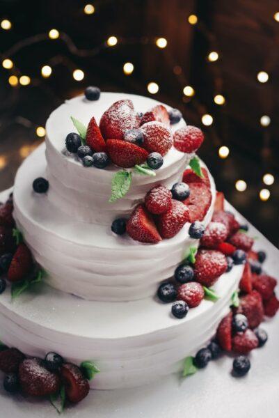 Eine weiße Sahnetorte wurde mit frischem Obst dekoriert