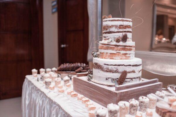 Ein Naked Cake steht auf einem gedeckten Tisch