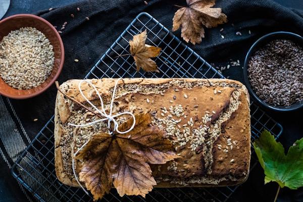 Ein Brot wurde mit Sesam und einigen getrockenen Blättern verziert