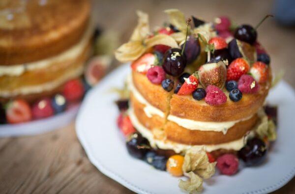 Ein Naked Cake wurde mit vielen verschiedenen Obstsorten verziert