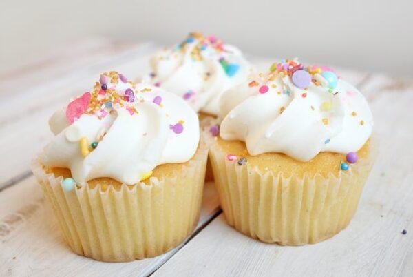 Drei Cupcakes stehen nebeneinander