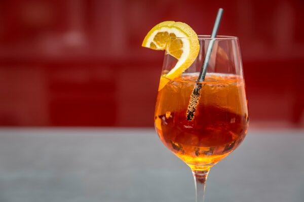 Ein Weinglas gefüllt mit einem alkoholischen Getränk