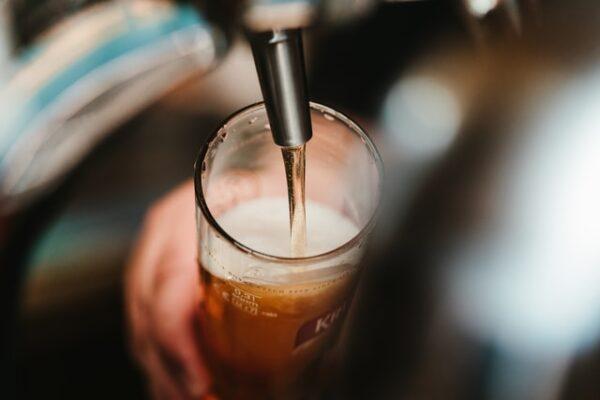 Jemand zapft ein Bier.